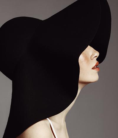 Model in a big hat
